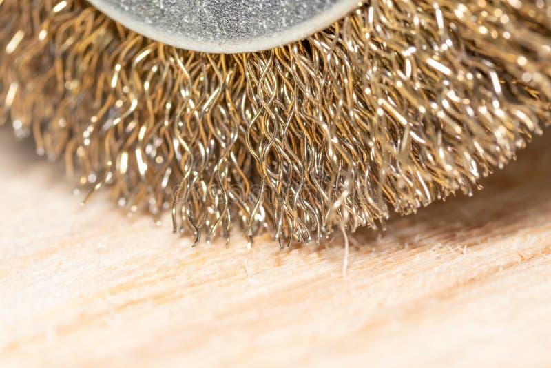与圆盘的电钻处理的在木细木工技术桌上的木表面 库存图片