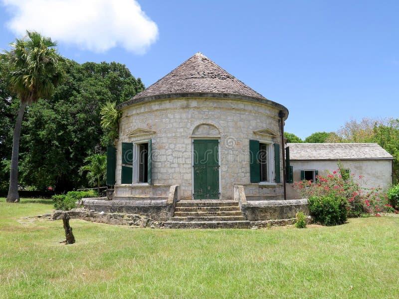 与圆锥形屋顶的热带种植园大厦 库存图片