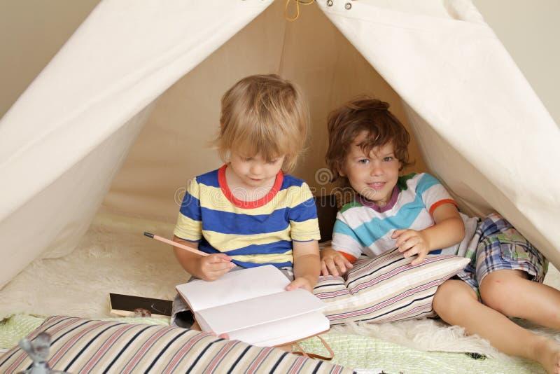 与圆锥形帐蓬帐篷的室内戏剧 库存照片