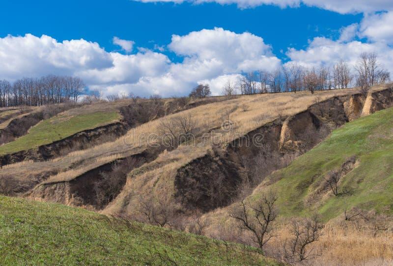 与土壤侵蚀的春天风景 免版税库存照片