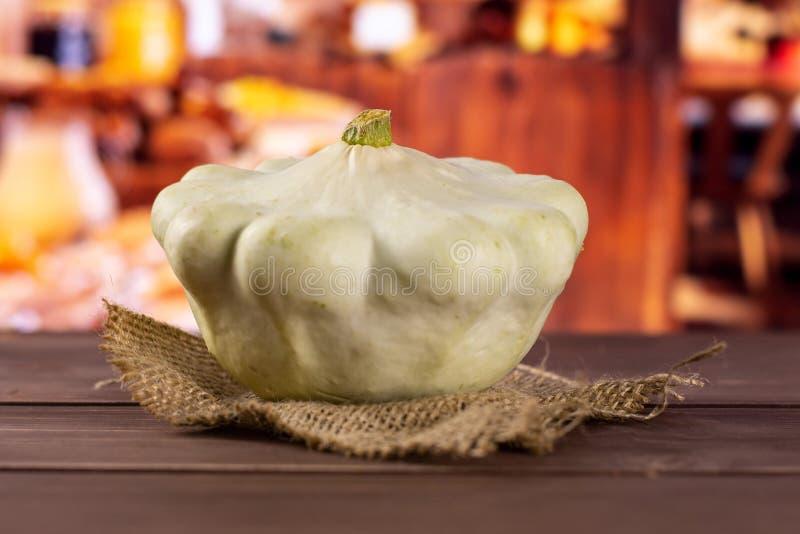 与土气厨房的夏天白色pattypan南瓜 免版税库存图片