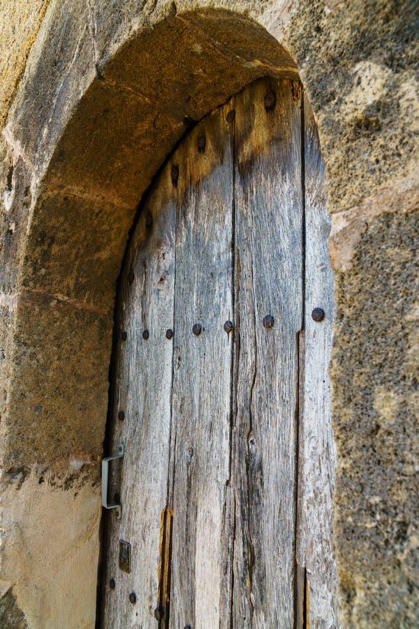 与土气木五谷-角度图的被风化的木门 免版税库存照片