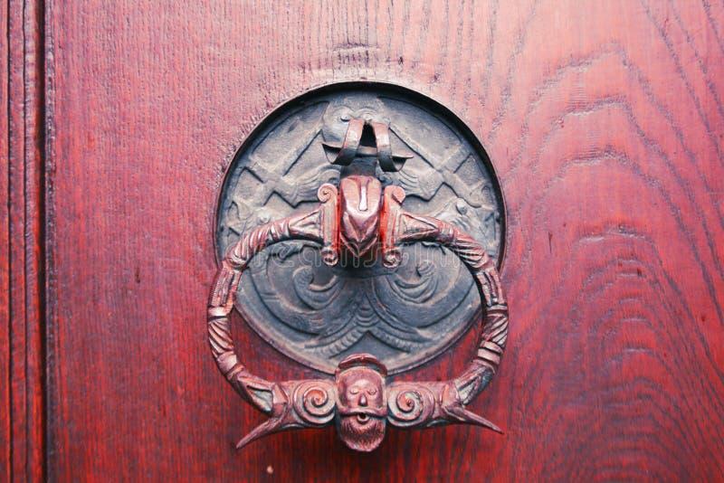 与土气,有趣的门把的老门 免版税库存图片