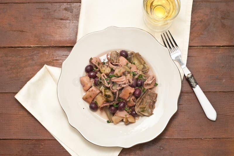 与土豆、朝鲜蓟和橄榄taggia的圣雷莫乌贼 库存图片