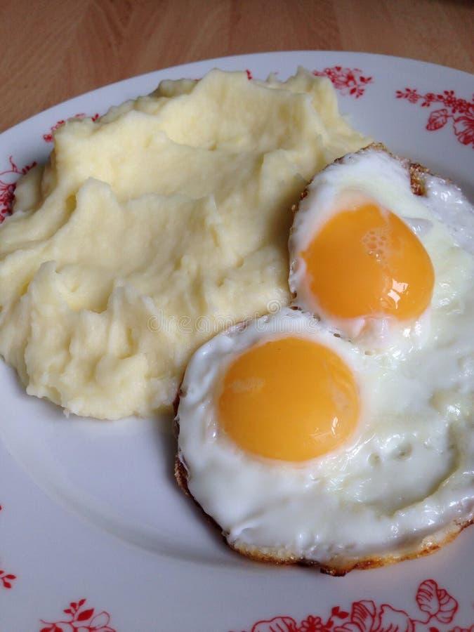 与土豆抽杀的鸡蛋 图库摄影