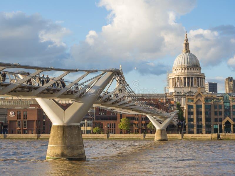 与圣保罗` s大教堂、千年桥梁和泰晤士河的伦敦地平线在一个晴朗的下午 免版税库存图片