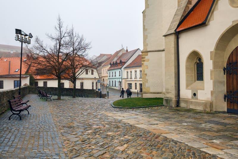 与圣尼古拉斯宅邸教会的被修补的正方形  Znojmo,捷克,欧洲镇  免版税图库摄影