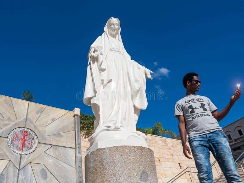 与圣母玛丽亚的雕象的Selfi在通告的教会,拿撒勒里 库存图片