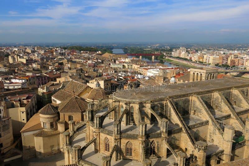 与圣玛丽大教堂的托尔托萨角、卡塔龙尼亚,西班牙地平线和河埃布罗 免版税库存照片