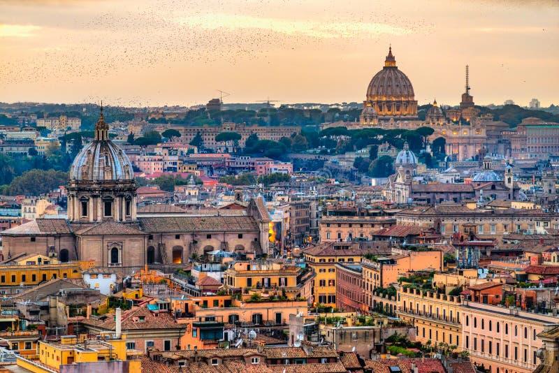 与圣皮特圣徒・彼得大教堂,罗马,意大利的罗马地平线 免版税库存图片