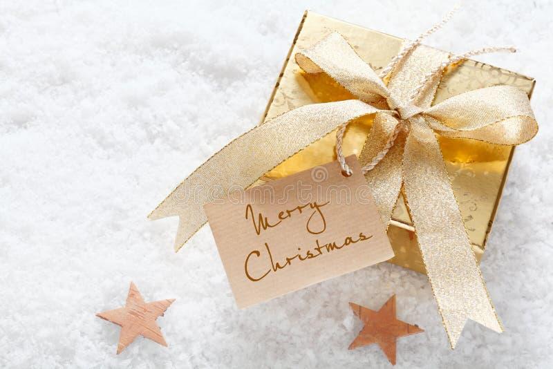 与圣诞快乐标签的金礼品 免版税库存图片