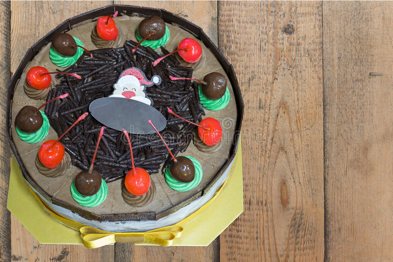 与圣诞快乐xmas样式的巧克力蛋糕 库存照片