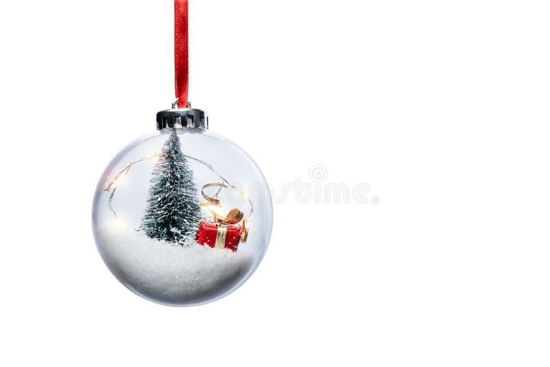 与圣诞树和小礼物的清楚的球装饰品 免版税库存照片