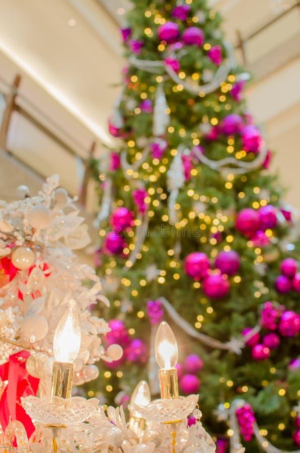 与圣诞树的圣诞节电子蜡烛 库存照片