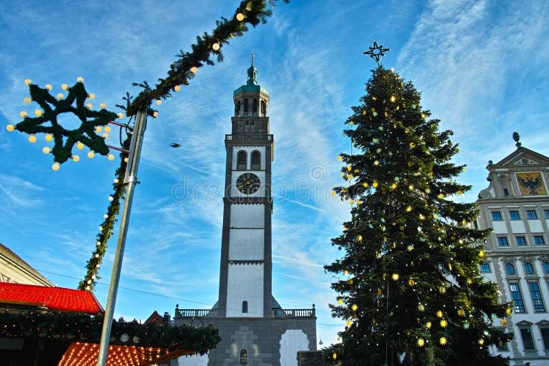 与圣诞树的塔Perlachturm在历史的市场 免版税库存图片