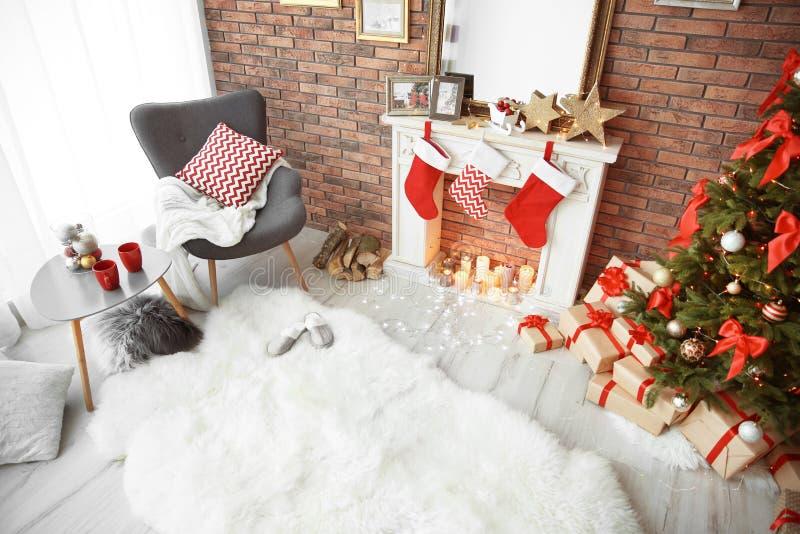 与圣诞树的室内部和礼物临近装饰壁炉 库存图片