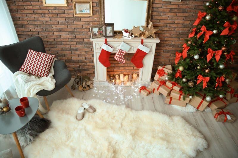 与圣诞树的室内部和礼物临近装饰壁炉 库存照片