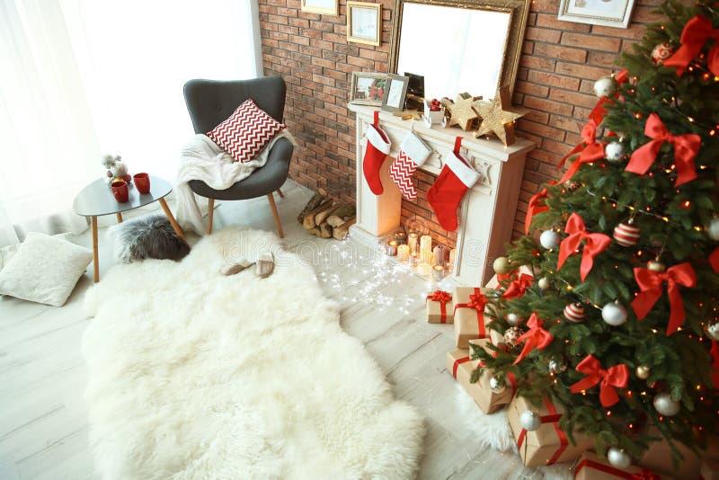 与圣诞树的室内部和礼物临近装饰壁炉 免版税图库摄影