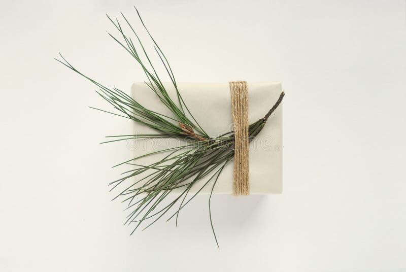 与圣诞树的箱子模板 装饰与绳索的被包裹的礼物 库存图片