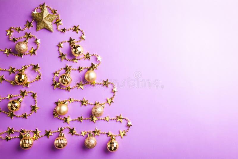 与圣诞树的紫色圣诞节和新年背景由玩具制成 空间 库存照片