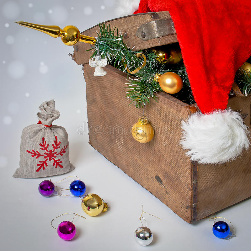 与圣诞树的老胸口 免版税库存照片