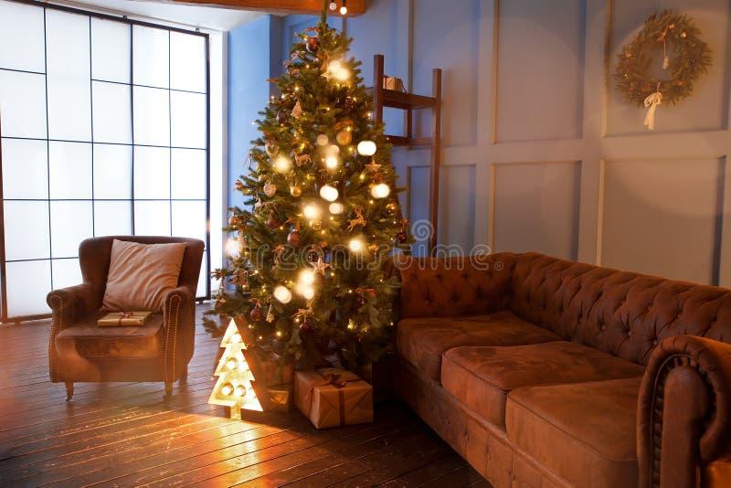 与圣诞树的舒适的内部 免版税图库摄影