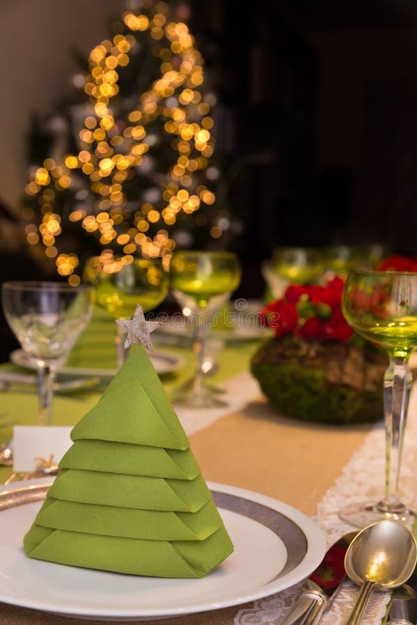 与圣诞树的饭桌 免版税图库摄影