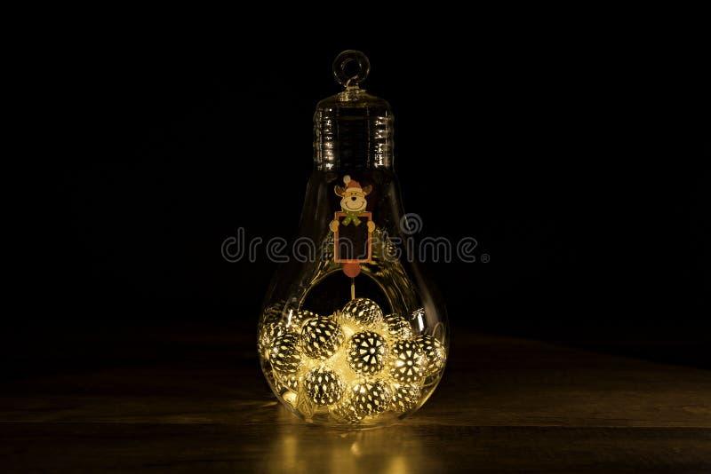 与圣诞灯的驯鹿标志在玻璃电灯泡 免版税库存照片