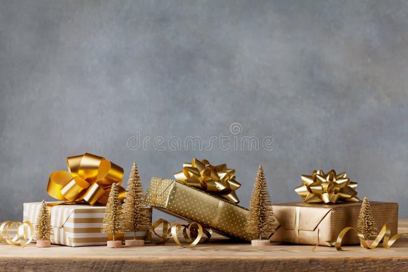 与圣诞礼物或当前箱子的冬天横幅和在木背景的假日装饰 2007个看板卡招呼的新年好 库存照片