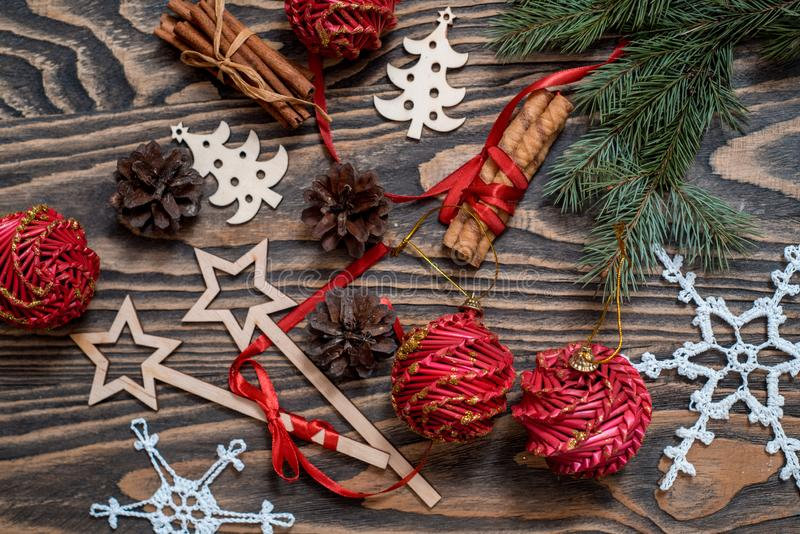 与圣诞礼物,杉木锥体,在木背景的红色装饰的圣诞节背景与冷杉分支 Xmas和愉快新 图库摄影