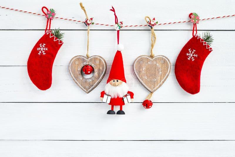 与圣诞老人的圣诞节装饰和在白色的红色圣诞节袜子 库存图片