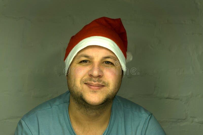 与圣诞老人的圣诞节题材在手上的拿着不可思议的光 免版税库存照片