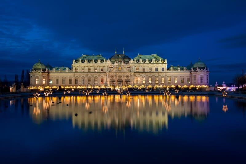 与圣诞节市场的宫殿眺望楼在维也纳,奥地利 免版税库存图片