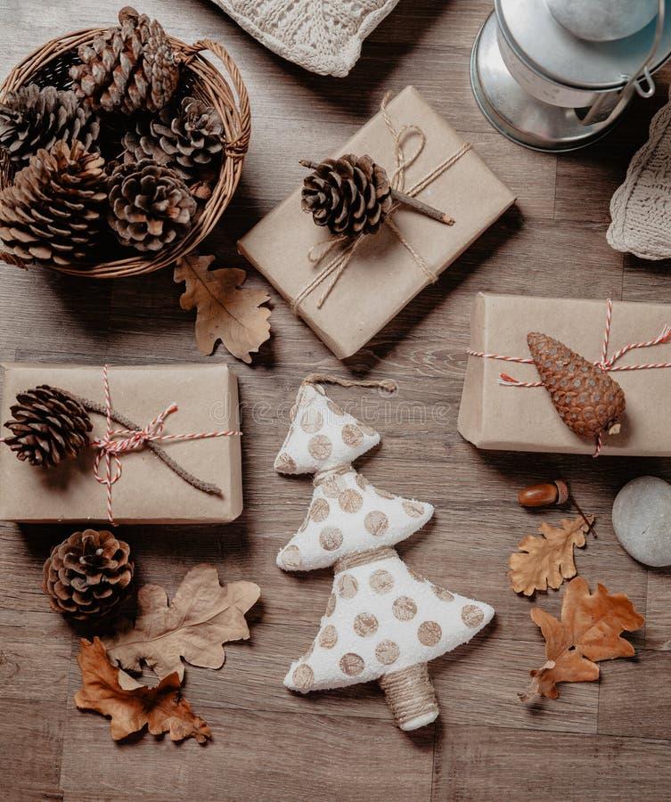 与圣诞节或新年礼物的小白色圣诞节树 假日装饰概念 被定调子的图片 顶视图 平的位置 免版税图库摄影