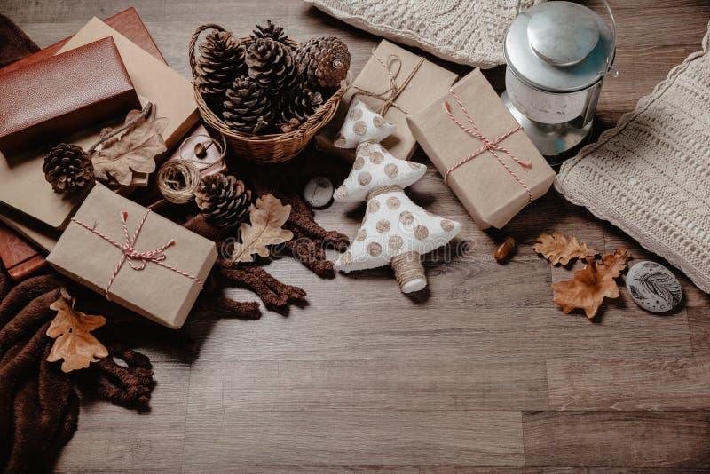 与圣诞节或新年礼物的小白色圣诞节树 假日装饰概念 被定调子的图片 顶视图 免版税库存图片