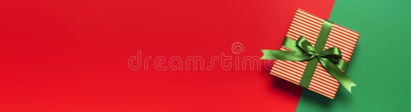 与圣诞节新年装饰品的羊毛袜子在红色背景顶视图平的位置 假日概念,欢乐袜子,提出Xmas 库存图片