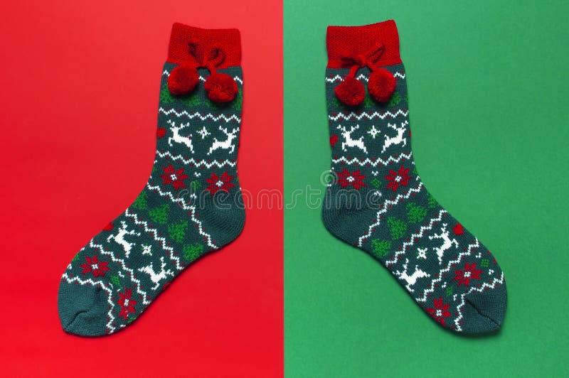 与圣诞节新年装饰品的羊毛袜子在红色背景顶视图平的位置 假日概念,欢乐袜子,提出Xmas 免版税库存图片