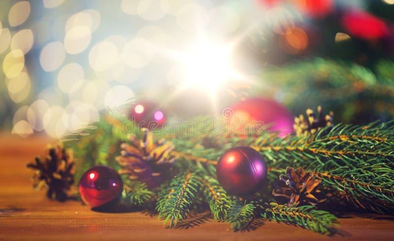 与圣诞节球和pinecones的冷杉分支 免版税库存图片