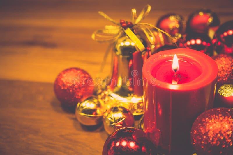 与圣诞节球的红色蜡烛在减速火箭的颜色样式 免版税库存图片