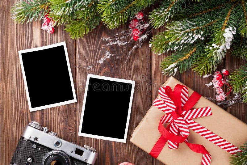 与圣诞节礼物、杉树和照相机的空白的照片 免版税库存照片