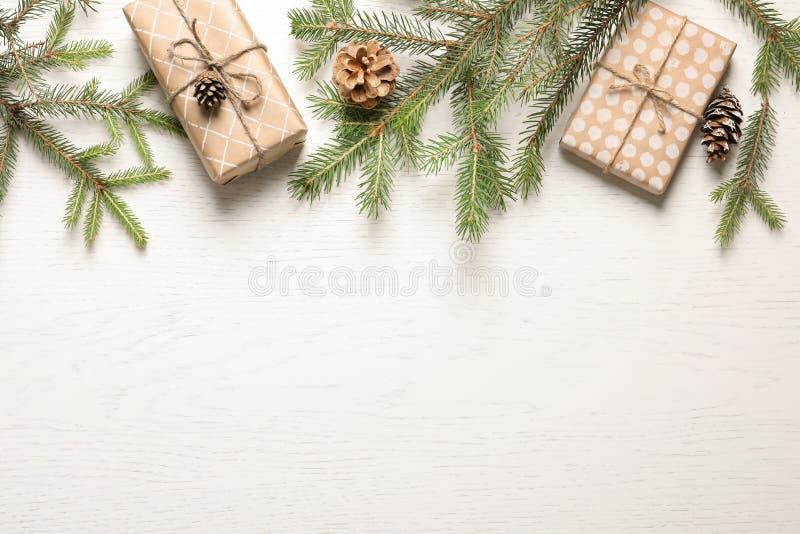 与圣诞节礼物的平的位置构成 库存照片
