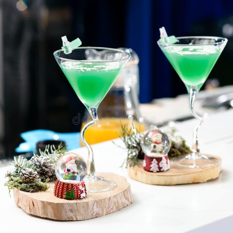 与圣诞节绿色鸡尾酒的两块马蒂尼鸡尾酒玻璃 库存图片