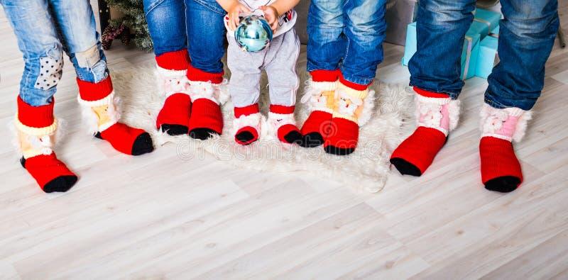 与圣诞节袜子的愉快的家庭 寒假概念 免版税库存照片