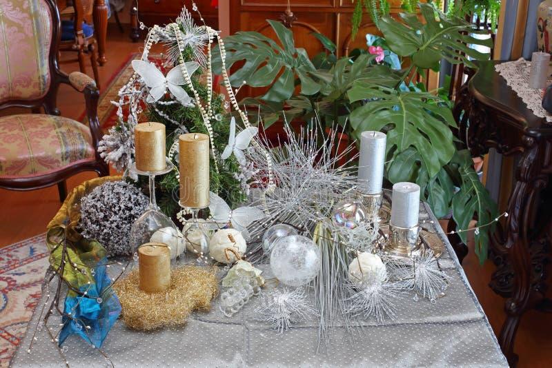 与圣诞节装饰品的表 免版税库存图片