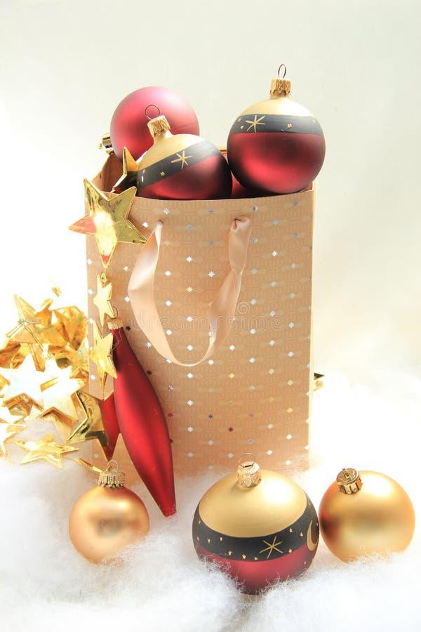与圣诞节装饰品的Giftbag 免版税库存照片