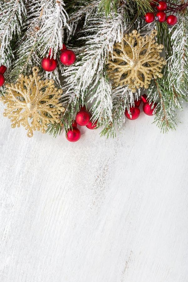 与圣诞节装饰的冷杉分支在与拷贝空间的老木破旧的背景文本的 顶视图 免版税库存图片
