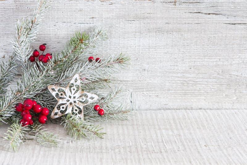 与圣诞节装饰的冷杉分支在白色土气木背景 库存照片