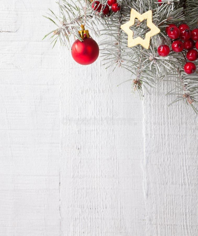 与圣诞节装饰的冷杉分支在白色木板条 库存照片