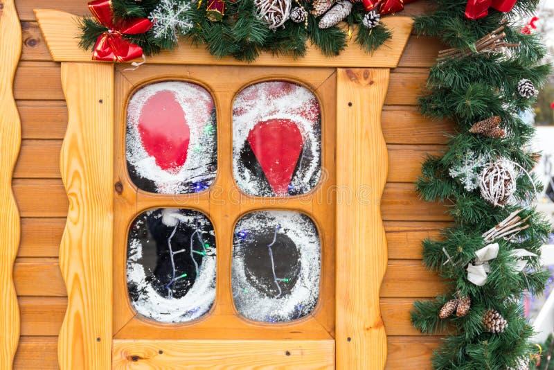 与圣诞节装饰的小木窗口 男孩节假日位置雪冬天 库存图片