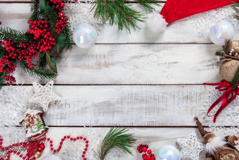 与圣诞节装饰的木桌 免版税库存图片